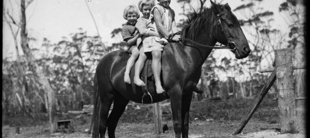Tri deti na koni